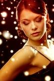 Mujer en pendientes del diamante del vestido de noche que llevan Fotos de archivo libres de regalías
