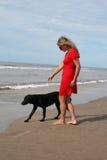 Mujer en perro rojo y negro imágenes de archivo libres de regalías