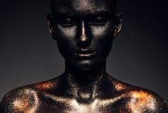 Mujer en pintura negra con los ojos cerrados Imágenes de archivo libres de regalías
