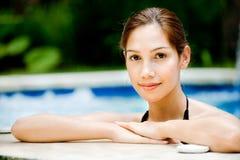Mujer en piscina Fotografía de archivo libre de regalías
