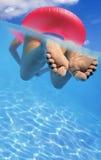 Mujer en piscina Fotos de archivo libres de regalías