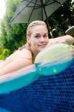 Mujer en piscina Foto de archivo libre de regalías