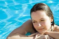 Mujer en piscina Imagen de archivo