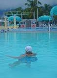 Mujer en piscina pública al aire libre Fotografía de archivo libre de regalías