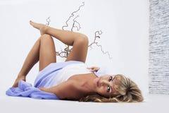 Mujer en piso Foto de archivo libre de regalías