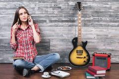 Mujer en piso con la guitarra Fotografía de archivo