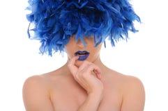 Mujer en plumas azules con los ojos cerrados Imagen de archivo