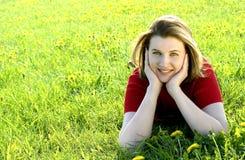 Mujer en prado Imagen de archivo