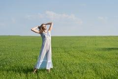 Mujer en prado Fotografía de archivo libre de regalías