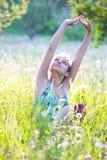 Mujer en prado del verano Imagenes de archivo