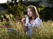 Mujer en prado floreciente Fotografía de archivo libre de regalías