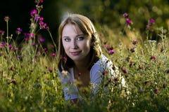 Mujer en prado floreciente Fotografía de archivo