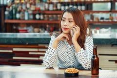 Mujer en pub imagen de archivo