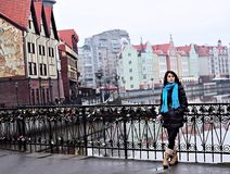 Mujer en pueblo pesquero en Kaliningrado Foto de archivo