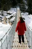 Mujer en puente colgante Fotos de archivo