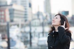 Mujer en puerto imagen de archivo