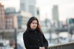 Mujer en puerto imagen de archivo libre de regalías