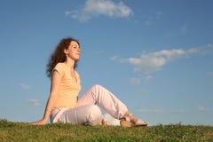 Mujer en puesta del sol de la hierba Imagen de archivo