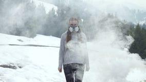 Mujer en respirador en naturaleza en humo almacen de metraje de vídeo