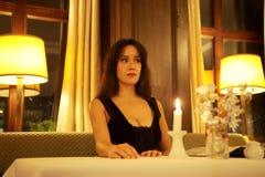 Mujer en restaurante Fotos de archivo libres de regalías