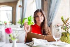 Mujer en restaurante Foto de archivo libre de regalías