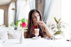 Mujer en restaurante Imágenes de archivo libres de regalías
