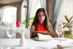 Mujer en restaurante con el menú Imagen de archivo