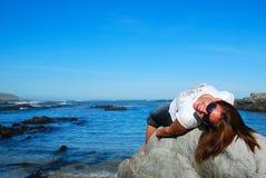 Mujer en roca Imagen de archivo libre de regalías