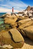 Mujer en rocas magníficas imagenes de archivo