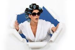 Mujer en rodillos del pelo Imagen de archivo libre de regalías
