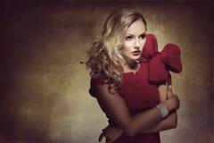 Mujer en rojo con el arco grande Fotos de archivo