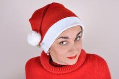 Mujer en rojo con el sombrero de Papá Noel Imagenes de archivo