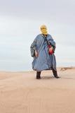 Mujer en ropa beduina en desierto Fotos de archivo libres de regalías
