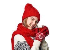 Mujer en ropa caliente del invierno con la taza de té Fotografía de archivo