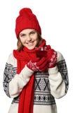 Mujer en ropa caliente del invierno con la taza de té Imagen de archivo