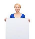 Mujer en ropa casual con el tablero blanco en blanco Fotografía de archivo