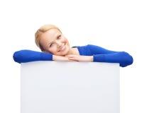 Mujer en ropa casual con el tablero blanco en blanco Imagen de archivo