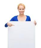 Mujer en ropa casual con el tablero blanco en blanco Foto de archivo libre de regalías