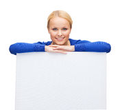 Mujer en ropa casual con el tablero blanco en blanco Fotos de archivo libres de regalías