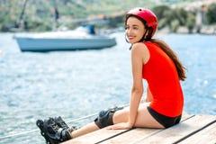 Mujer en ropa de deportes con los rodillos patinadores en Imagen de archivo