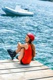 Mujer en ropa de deportes con los rodillos patinadores en Imagen de archivo libre de regalías