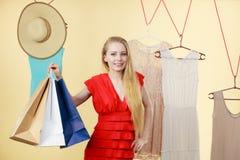 Mujer en ropa de la cosecha de la tienda, concepto de la venta Fotos de archivo