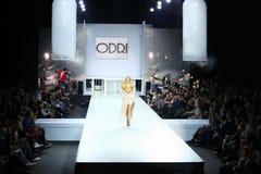 Mujer en ropa de ODRI en la semana de la moda de Volvo Imagen de archivo