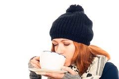 Mujer en ropa del invierno que bebe la bebida caliente Fotos de archivo libres de regalías