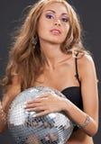 Mujer en ropa interior negra con la bola de discoteca Foto de archivo libre de regalías