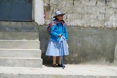 Mujer en ropa peruana tradicional imagen de archivo libre de regalías
