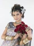 Mujer en rosas ricas de la explotación agrícola de la sari Foto de archivo