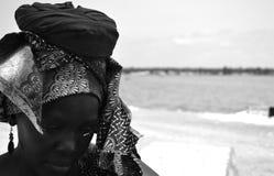 Mujer en Rose Lake Senegal Fotografía de archivo