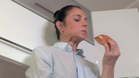 Mujer en rotura con la hamburguesa metrajes