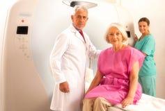 Mujer en 60s listo para ser comprobado debajo del escáner del mri con d mayor Imagen de archivo